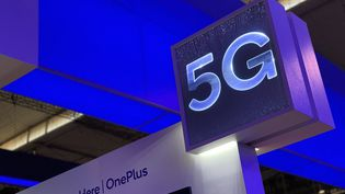 Signalétique 5G sur un stand au salon Mobile World Congress de Barcelone (télécom) en février 2019. (JÉRÔME COLOMBAIN / FRANCE-INFO)
