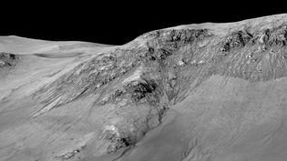 Des traces d'écoulement d'eau sur la planète Mars, sur une photo d'archives publiée par la Nasa, le 27 septembre 2015. (NASA)