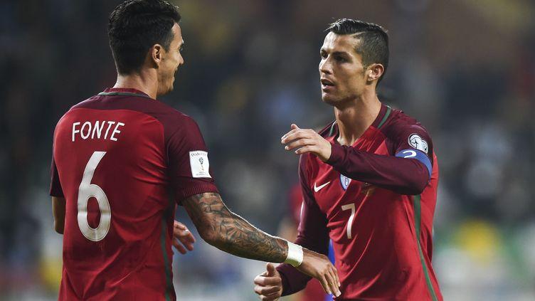 Cristiano Ronaldo félicité par son compatriote Fonte (PATRICIA DE MELO MOREIRA / AFP)