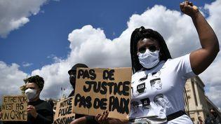 Manifestaton près de l'ambassade des Etats-Unis place de la Concorde à Paris, le 6 juin 2020. (ANNE-CHRISTINE POUJOULAT / AFP)