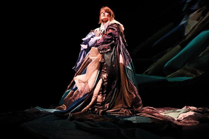 """La chanteuse Camille dans le costume créé par la chorégraphe Robyn Orlin pour le spectacle """"Alarm Clocks"""" (Mehdi Benkler)"""