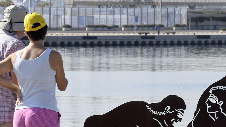 Des passants à Valence devant une sculpture explicite de Antoni Miro.  (Jose Jordan / AFP)
