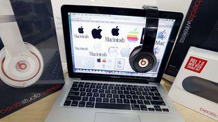 Un ordinateur Macintosh et un casque pour écouter la musique en streaming (archives)  (Michael Dwyer / AP / Sipa)