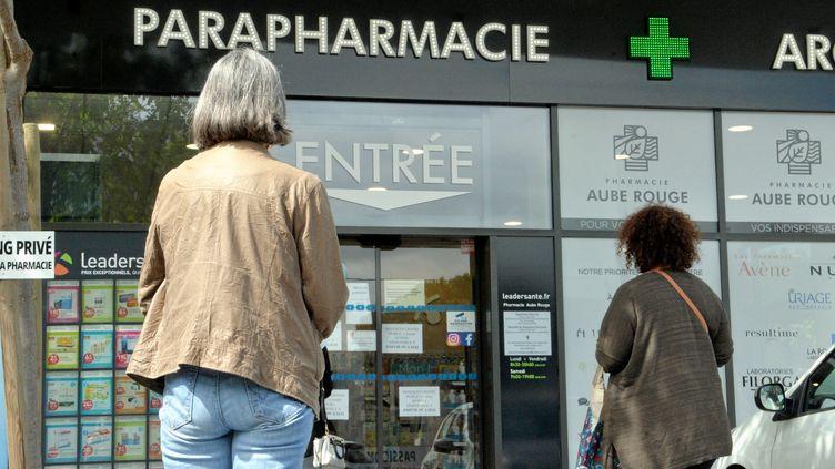 Une file d'attente devant une pharmacie de Montpellier (Hérault), le 2 mai 2020. Photo d'illustration. (MICHAEL ESDOURRUBAILH / MAXPPP)