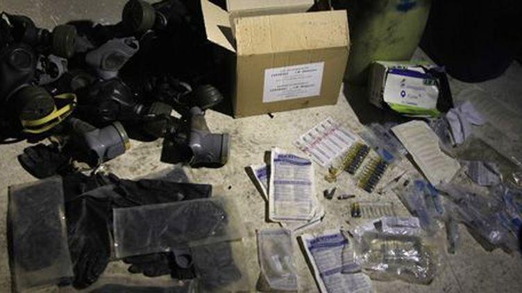 Produits chimiques et masques à gaz présentés par l'armée syrienne le 24 août 2013. Selon elle, ces éléments ont été trouvés par des militaires dans des tunnels utilisés par les rebelles. (Reuters - Khaled al-Hariri)