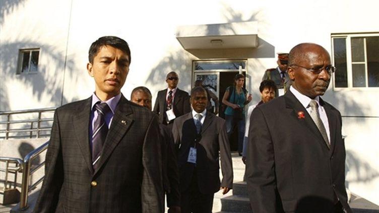Andry Rajoelina (G) et le secrétaire du SADC, Tomas Salomao à l'ouverture de la conférence de Maputo (05/08/2009) (© AFP/Carlos LITULO)