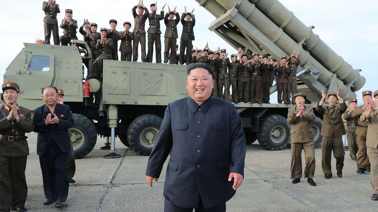 Le dictateur nord-coréen Kim Jong-un devant un véhicule lanceur de missiles, le 24 août 2019. (KCNA VIA KNS / AFP)