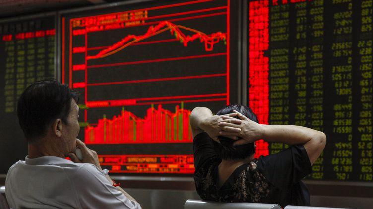 Des investisseurs dans une société de courtage à Pékin (Chine), le 24 août 2015. (ROLEX DELA PENA / EPA / MAXPP)
