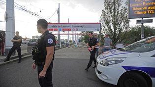 Des policiers sur les lieux de l'agression au couteau, à Villeurbanne (Rhône), le 31 août 2019. (MAXPPP)