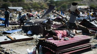 L'une des urgences est de distribuer de l'eau potable, après le séisme et le tsunami qui ont ravagé l'île de Célèbes. (JEWEL SAMAD / AFP)