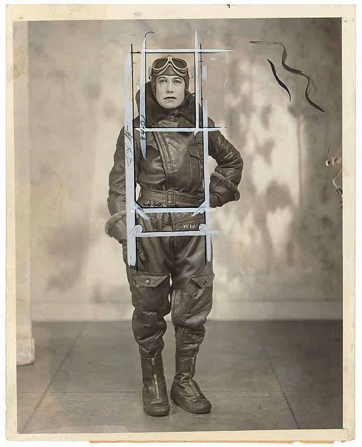 """L'aviatrice australienne Jessie Maud """"Chubbie"""" Keith Miller, en 1930. La photo porte les contours de trois recadrages différents. Les yeux, la bouche, le nez et le revers de la combinaison ont été retouchés au gris film. (WIDE WORD STUDIO NEW YORK CITY / CHICAGO TRIBUNE)"""