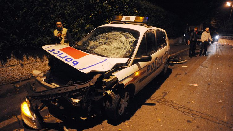 La voiture des policiers accidentée à Villiers-le-Bel (Val-d'Oise) après une collision avec une moto, le 25 novembre 2007. (MARTIN BUREAU / AFP)