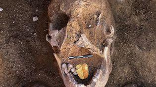 Une photo publiée par le ministère égyptien du Tourisme et des Antiquités, le 29 janvier 2021, montre une momie de 2000 ans, avec une amulette dorée à la feuille d'or dans la bouche, découverte au temple Taposiris Magna dans l'ouest d'Alexandrie. (AFP / EGYPTIAN MINISTRY OF ANTIQUITIES)