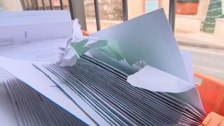 Une commerçante des Hautes-Alpes a reçu 1 100 lettres en une seule fois. Insistance ou erreur au coût astronomique ? Toutes les enveloppes étaient affranchies. (France 2)