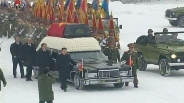 Un corbillard transporte le cercueil de Kim Jong-il, recouvert d'un drapeau rouge, à Pyongyang (Corée du Nord), le 28 décembre 2011. (FTVi / APTN)