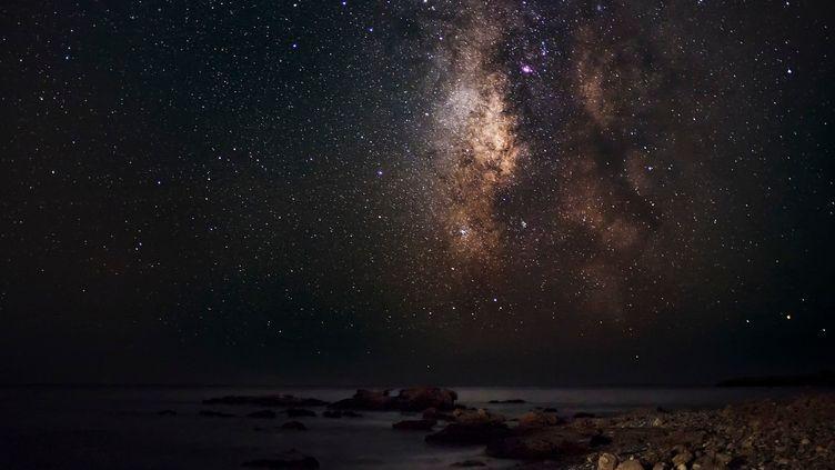 La Voie lactée photographiée depuis une plage de Crète (Grèce). (MATT WALFORD / CULTURA CREATIVE)
