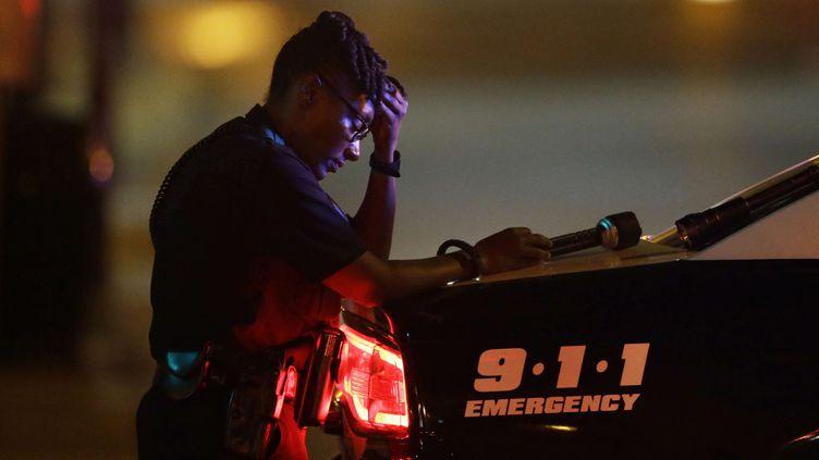 Un officier de police à Dallas, après la fusillade qui a fait cinq morts parmi les forces de l'ordre, le 8 juillet 2016. (LM OTERO / AP / SIPA)