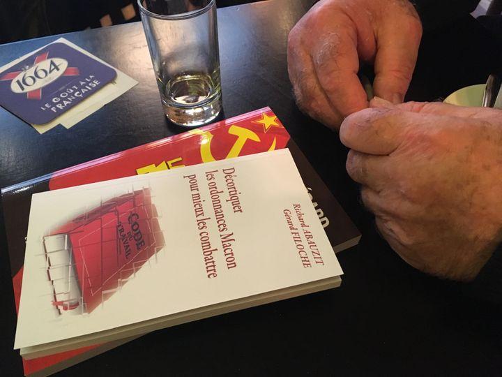 Les deux ouvrages apportés par Gérard Filoche lors de l'interview à franceinfo à Paris, le 20 novembre 2017. (MARGAUX DUGUET / FRANCEINFO)