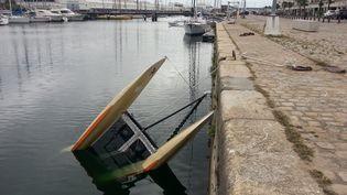 Le catamaran du club de voile de l'ASPTT La Rochelle (Charente-Maritime), retrouvé dans leport après qu'il a été subtilisé par plusieurs personnes, lundi 5 septembre. (XAVIER LEOTY / AFP)