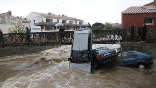 Des voitures emportées par la rivière Massane à Argelès-sur-mer (Pyrénées-Orientales), le 30 novembre 2014. (RAYMOND ROIG / AFP)