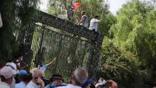 Des partisans du présidentKaïsSaied devant le Parlement tunisien à Tunis, le 26 juillet 2021. (MOHAMED KRIT / SIPA USA)