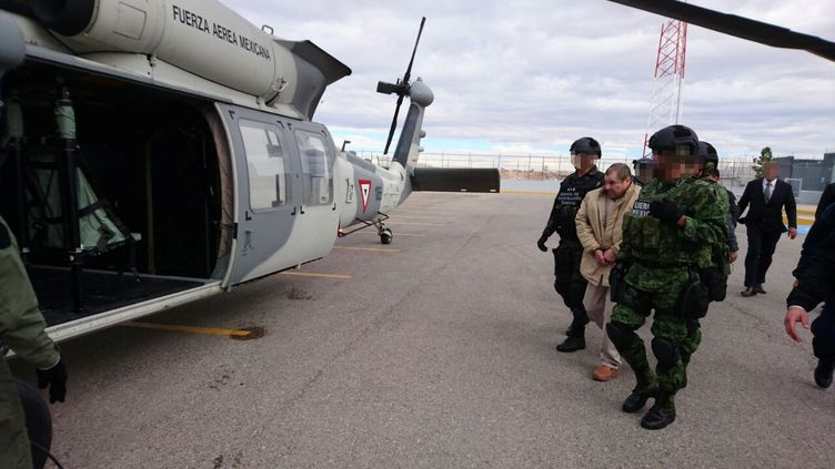 """Joaquin """"El Chapo"""" Guzman lors de son extradition par hélicoptère à Ciudad Juarez (Mexique), le 19 janvier 2017. (REUTERS)"""