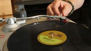 Un vinyle sur untourne-disque (photo d'illustration) (THIERRY GACHON / MAXPPP)