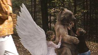 Un ours dressé pour se laisser approcher, nourrir et photographier. Un des clichés choc de Kirsten Luce (H. Pacione / France Télévisions)
