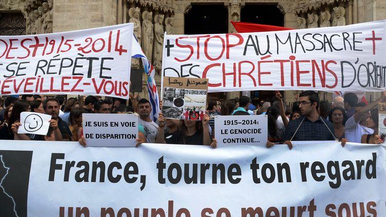 Une manifestation de soutien aux chrétiens d'Irak devant la cathédrale Notre-Dame-de-Paris, le 27 juillet 2014. (PIERRE ANDRIEU / AFP)