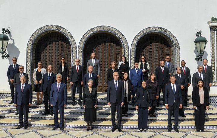 Une photo publiée par le service de presse de la présidence tunisienne montre le président Kaïs Saïed (au centre) et la Première ministre Najla Bouden (3e à gauche) posant avec les ministres du nouveau gouvernement, à Tunis le 11 octobre 2021. (- / TUNISIAN PRESIDENCY)