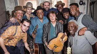 """Paul McCartney entouré des bluesmen présents à la blues jam session convoquée pour le clip de """"Early Days"""" (2014).  (http://www.paulmccartney.com/)"""
