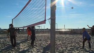 C'est une des conséquences des températures printanières de ce début d'année. Plutôt que les pistes enneigées, certains ont choisi les plages du littoral pour quelques jours de vacances. (France 3)