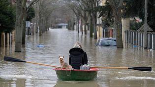 Les 30 000 habitants de Villeneuve-Saint-Georges (Val-de-Marne) face à la crue. (THOMAS SAMSON / AFP)