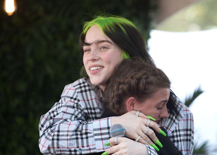 La jeune chanteuse Billie Eilish serre une fan dans ses bras, le 4 octobre 2019 au festival Austin City Limits (Texas, Etats-Unis). (RICK KERN / WIREIMAGE / GETTY)