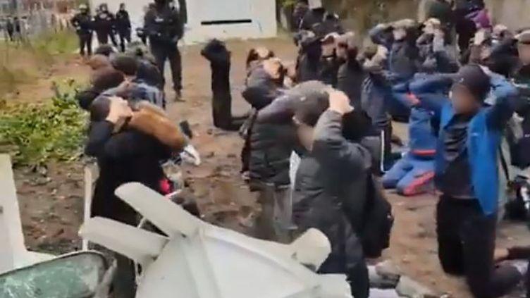 La police interpelle des élèves près du lycée Saint-Exupéry à Mantes-la-Jolie (Yvelines), le jeudi 6 décembre 2018. (GARCIA STEPHANE)