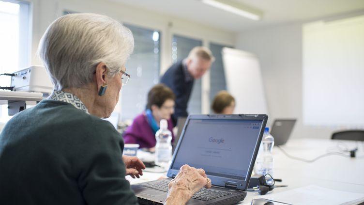 Des personnes âgées participent à un cours d'informatique, le 28 janvier 2019 à Lucerne, en Suisse. (MAXPPP)