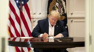 Donald Trump travaille dans la suite présidentielle de l'hôpital militaire Walter Reed, où il a été admis après avoir été testé positif au Covid-19, le 3 octobre 2020 à Bethesda dans le Maryland. (JOYCE N. BOGHOSIAN / THE WHITE HOUSE / AFP)