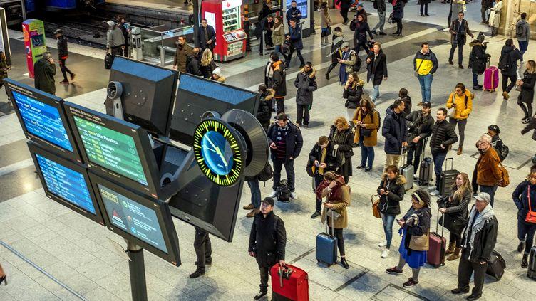 Des voyageurs à la gare du Nord, à Paris, le 15 janvier 2020, lors d'un mouvement de grève contre la réforme des retraites. (MAXPPP)