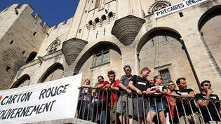 """""""Carton rouge au gouvernement"""", la banderole déployée par les intermittents sur la façade du Palais des Papes le 20 juin 2014 à Avignon.  (Angélique Surel/PQR Le Dauphiné / MaxPPP)"""