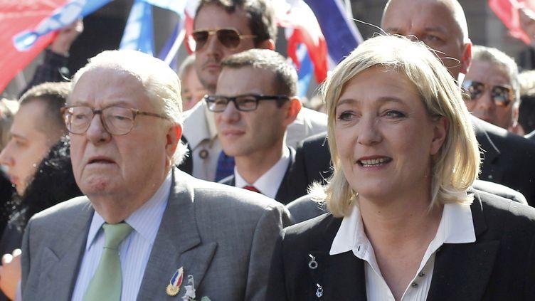 Jean-Marie Le Pen et sa fille Marine lors du défilé du Front national,le 1er mai 2012 à Paris. (THOMAS COEX / AFP)
