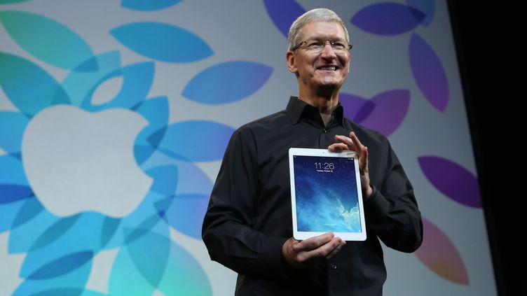 Le patron d'Apple, Tim Cook, présente le nouvel iPad Air, le 22 octobre 2013 à San Francisco (Californie, Etats-Unis). (ROBERT GALBRAITH / REUTERS)