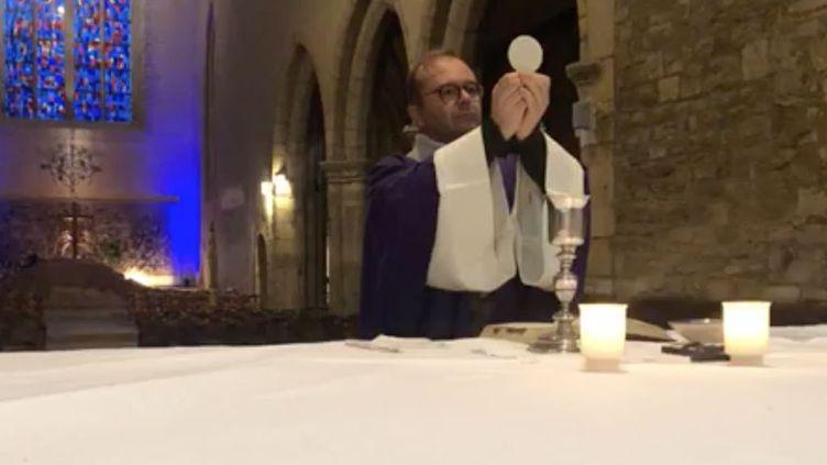 Le Père Nicolas Guillou diffuse une messe sur Facebook en mars 2020. (CAPTURE ECRAN FACEBOOK)