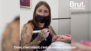 """VIDEO. """"C'est peindre sur une mini-toile"""" : dans les coulisses d'un salon de nail art (BRUT)"""