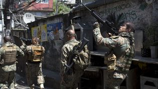 Une opération de police dans une favéla de Rio (Brésil), le 25 janvier 2018. (MAURO PIMENTEL / AFP)