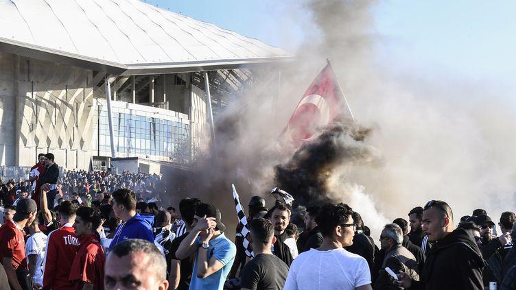 Des supporters de Besiktas, le 13 avril 2017 à Décines (Rhône). (PHILIPPE DESMAZES / AFP)