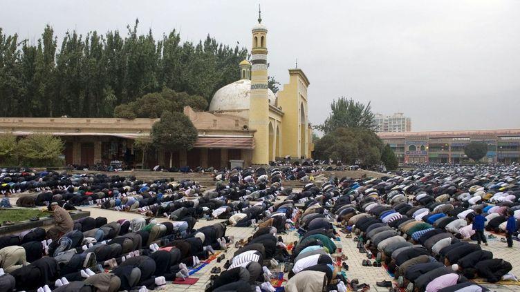 Des musulmans ouïgours prient à Kashgar, dans le Xinjiang (Chine). (GO TAKAYAMA/AFP)