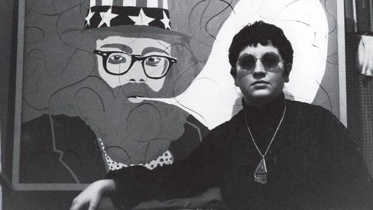 La peintre, photographe et cinéaste allemande Ulrike Ottinger au début des années 1960, devant son portrait du poète américain Allan Ginsberg. (Copyright privat)