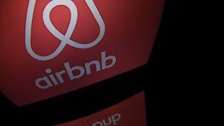 """Logo """"Airbnb"""". (LIONEL BONAVENTURE / AFP)"""