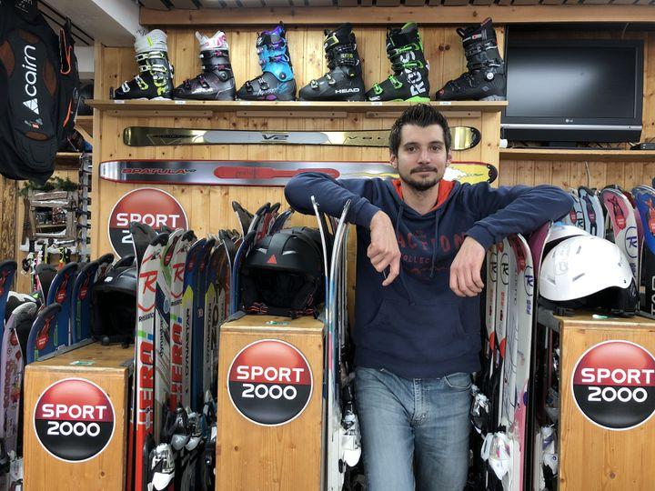 Romain Laurent dans son magasin, à l'Alpe d'Huez (Isère), le 22 janvier 2020. (RAPHAEL GODET / FRANCEINFO)
