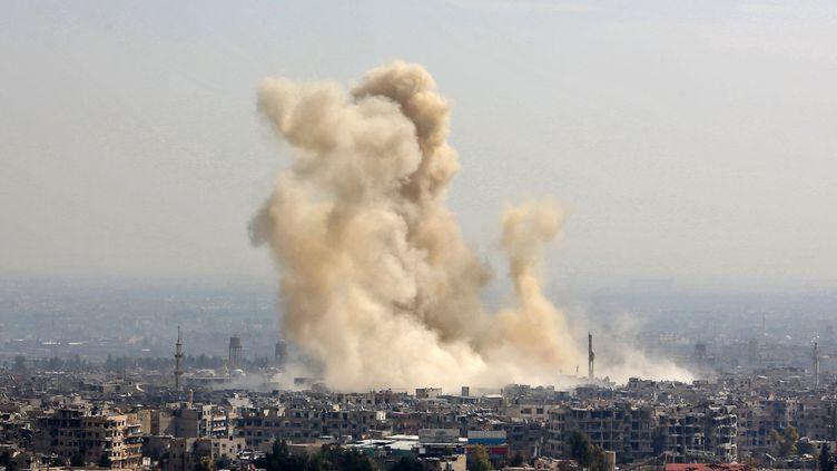 Un bombardement à Harasta dans la Ghouta orientale en Syrie, le 21 février 2018. (STRINGER / AFP)